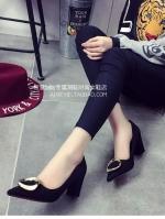 รองเท้าคัทชูผู้หญิงสีดำ ส้นสูง ส้นหนา หัวแหลมแต่งโลหะสีทอง ทรงสุภาพ ดูดี แฟชั่นเกาหลี